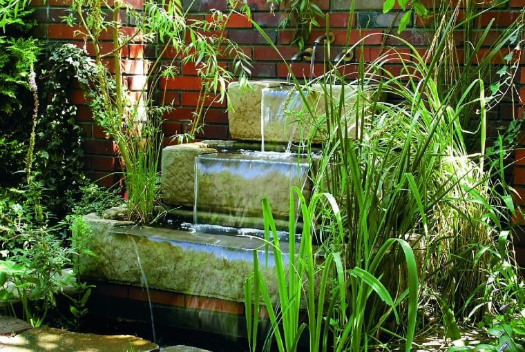 W tej kaskadzie w formie o ciekawej formie schodków woda spływa ze stopnia na stopień.