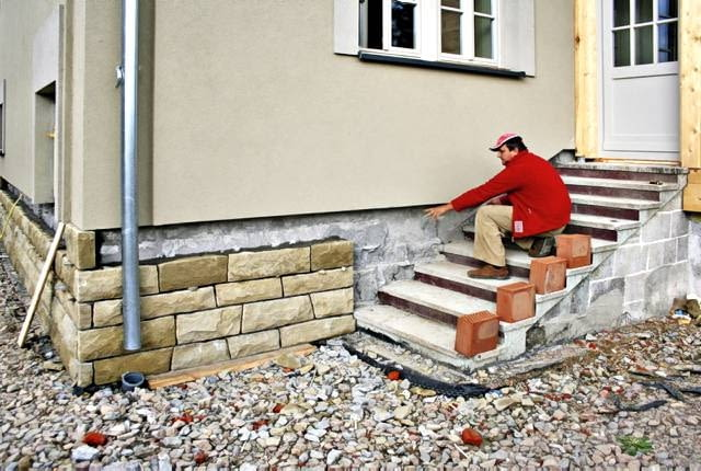 Schody zewnętrzne w trakcie remontu Stare, brzydkie i niewygodne betonowe schody zostały obudowane szalunkiem, który następnie wypełniono mieszanką betonową. Dzięki temu udało się poprawić ich proporcje (zmieniono głębokość i wysokość stopni i powiększono szerokość biegu)