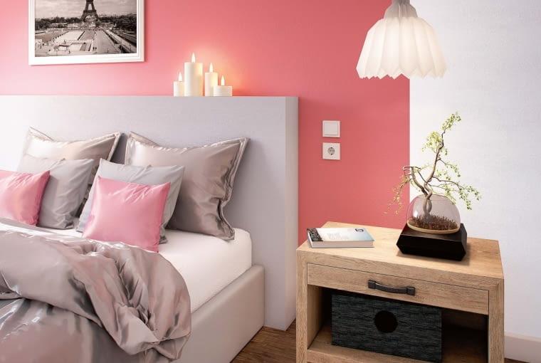 Dekoracyjny efekt uzyskamy, malując ściany jednego pomieszczenia farbami w różnych barwach.