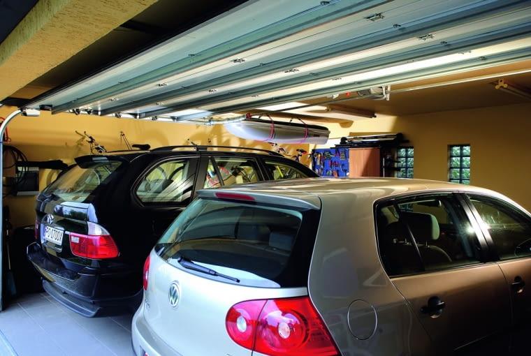 W garażu trzeba zaplanować tyle miejsca, by z samochodu dało się wygodnie wysiąść - nawet gdy w garażu z czasem pojawią się regały albo sezonowo przechowywane przedmioty