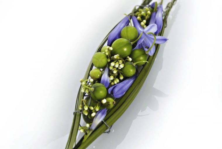 Naszyjnik z kwiatów agapantusa, owoców dziurawca, nierozwiniętych kwiatostanów trzmieliny Fortune'a 'Emerald'n Gold' i trawy niedźwiedziej. Bazą jest skrawek siatki budowlanej przytroczony do srebrnego drucika.