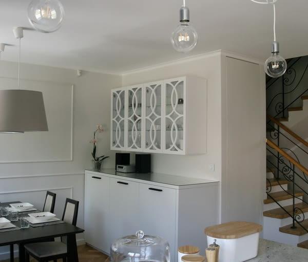 Eklektyczne wnętrza domu z oryginalnym kolorem taupe
