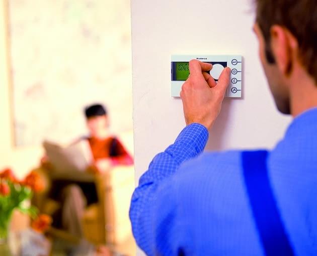 Aby obsługa termostatu była wygodna wiesza się go zazwyczaj na wysokosci 1,5 m nad podłogą