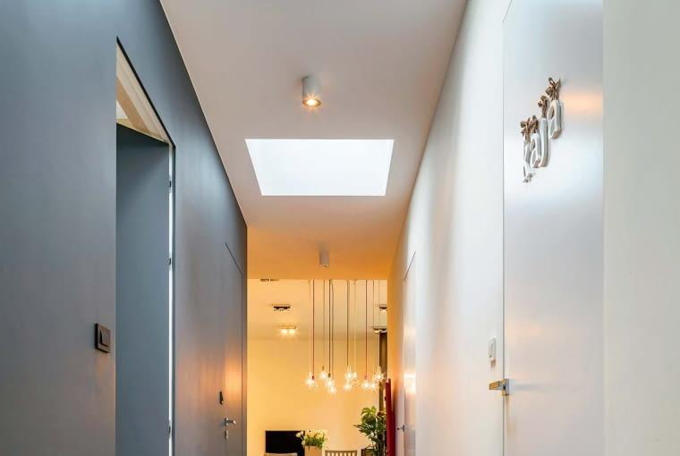 W budynkach z płaskimi dachami często zdarza się, że wewnątrz pojawiają się miejsca, w których nie ma możliwości zastosowania okien pionowych, na co rozwiązaniem są przeszklenia płaskich powierzchni