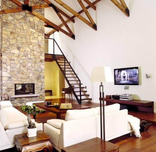 Obłożony łupkiem komin stanowi wyrazisty element wnętrza