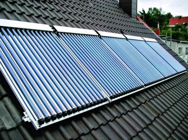 Kolektory próżniowe można zamontować na dachu (wyłącznie na pokryciu) lub też na elewacji domu, a nawet jako balustradę tarasu lub długiego balkonu