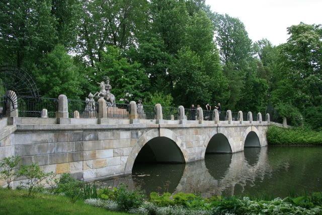 Wejście od strony ul. Agrykola. XVIII - wieczny pomnik króla Jana III Sobieskiego usytuowany na moście zamyka perspektywę widokową z Pałacu Na Wyspie. Pamiątka odsieczy wiedeńskiej.