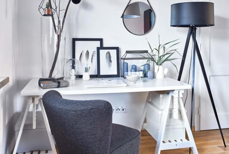 Biurko (z IKEA) w sypialni przypomina stół kreślarski. Obok stoi lampa z dawanda.pl. Lustro jest ze sklepu właścicielki, lampion z agnethahome.pl.