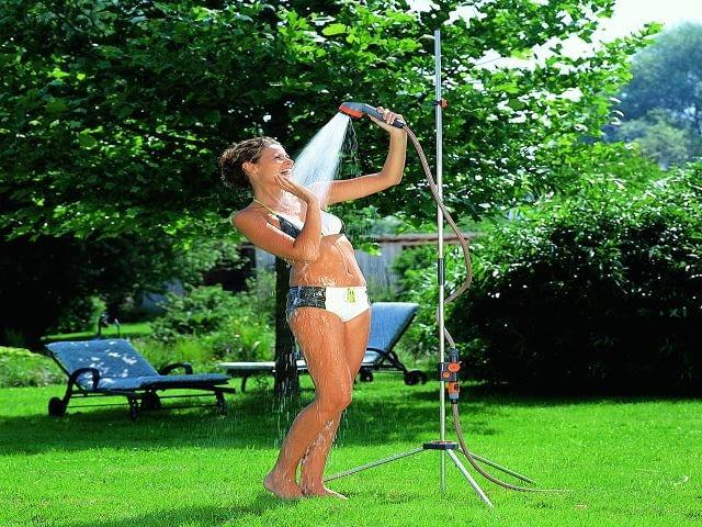 Letni prysznic w upalny dzień to wielka przyjemność. Jak dobrze, że producenci wyposażenia ogrodowego pomyśleli nie tylko o roślinach, ale też o nas!