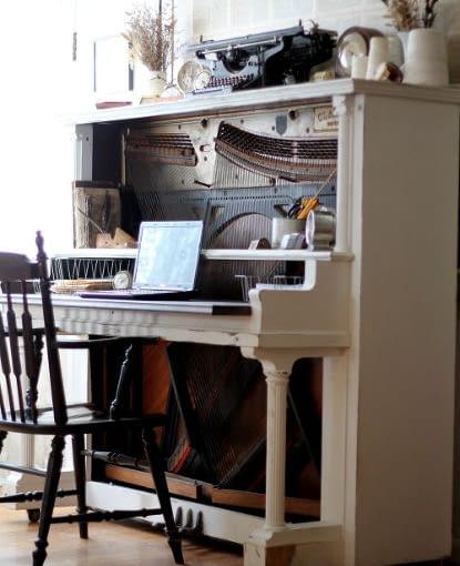 Jeśli masz sentyment do starego fortepianu, nie wyrzucaj go. Może z powodzeniem służyć jako stylowe biurko. Wystarczy usunąć klawisze i zastąpić je blatem.