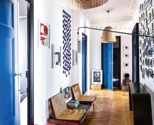Korytarz to przedtakt do gry intensywnych kolorów w pozostałych pomieszczeniach. Lampy rattanowe zaprojektowała dla Gervasoni Paola Navone. Pomiędzy nimi czarny kinkiet Potence (Jean Prouvé). Drewniane siedzisko z plecionką pochodzi z targu staroci, a konsola z Chin.