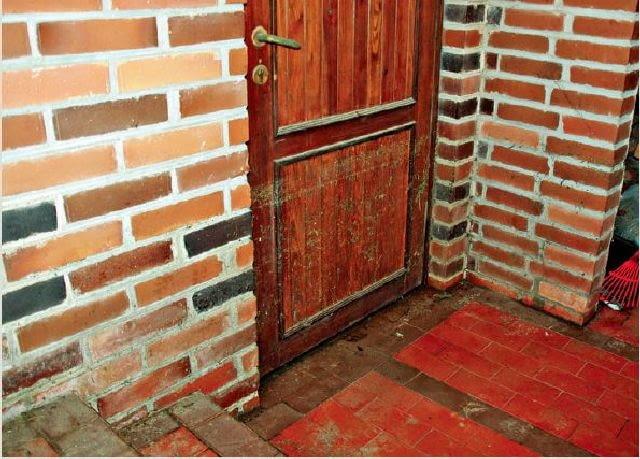 Dobrze dopasowane drzwi, wykonane z w całości z drewna podczas czerwcowej ulewy przez 10 godzin były zalane do wysokości 70 cm i wytrzymały napór wody