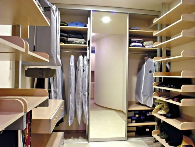 W garderobie warto wydzielić strefy do przechowywania strojów wiszących na wieszakach, swetrów i bluzek poukładanych na półkach oraz butów