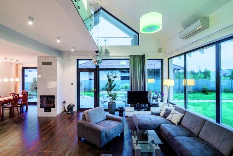 Właściciele domu doceniają unikalny charakter nowoczesnego i otwartego na otoczenie wnętrza, którego powierzchnia nie imponuje wcale wielkością, a swoją przestronność zawdzięcza przede wszystkim przeszkleniom i nieograniczonemu ścianami planowi części dziennej