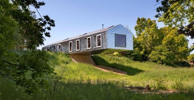 Dom balansujący na krawędzi skarpy zaprojektowany przez MVRDV