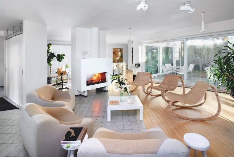 Wokół stolika kawowego z lat 70. po jednej stronie stoją fotele z lat 80., projektu Krystyny, po drugiej rattanowe z IKEA sprzed 15 lat. Małe taborety - stoliki projekt właścicielki z lat 70.