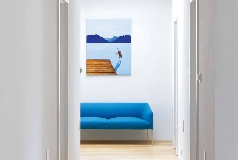 Autorami większości obrazów, które właściciele kupili za namową architektów, są artyści z lubelskiej Akademii Sztuk Pięknych. Młoda sztuka doskonale porozumiała się z prostą, nowoczesną architekturą. Nad sofą Saari (Form) praca Matta Ługowskiego.