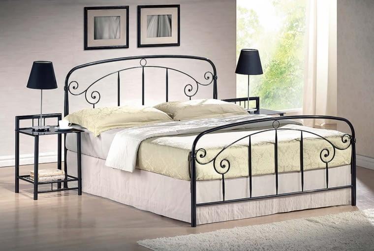 Na tle jasnej ściany kute dekoracje łóżka będą lepiej widoczne. OSLO, metal, 160 x 200 cm, 749 zł, westwing.pl