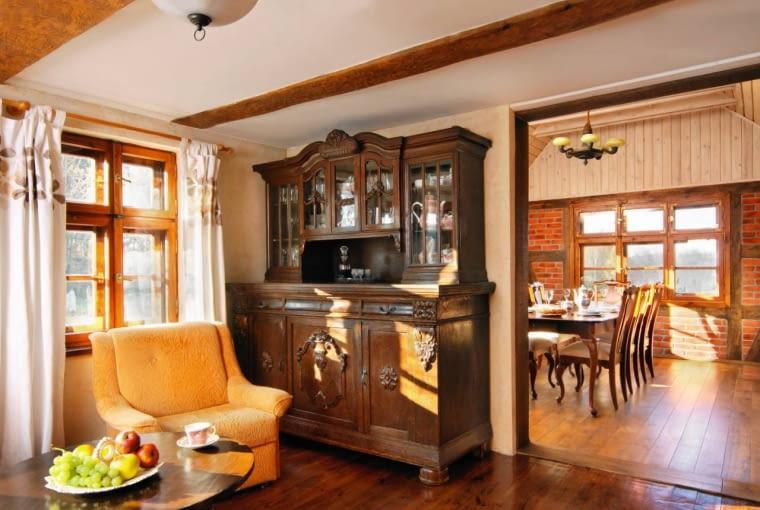 DOM. Imponujący kredens to kolejna cenna zdobycz gospodarzy. Tak jak inne zbierane latami meble znalazł w tym domu swoje miejsce, tworząc jego przytulny klimat.