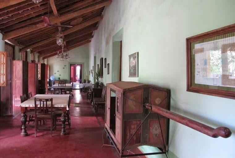 Jadalnia w Palacio do Deao. Na pierwszym planie stara lektyka