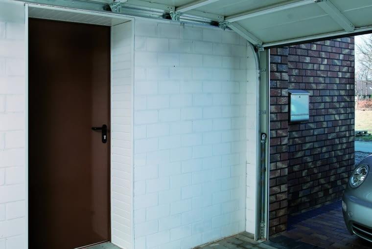 Drzwi prowadzące z garażu do domu powinny być odporne na ogień i na włamanie