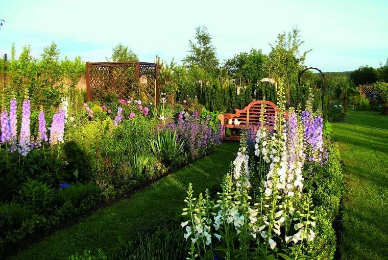 Odpoczynek wśród bujnie kwitnących roślin pozwala zapomnieć o trudach codzienności.