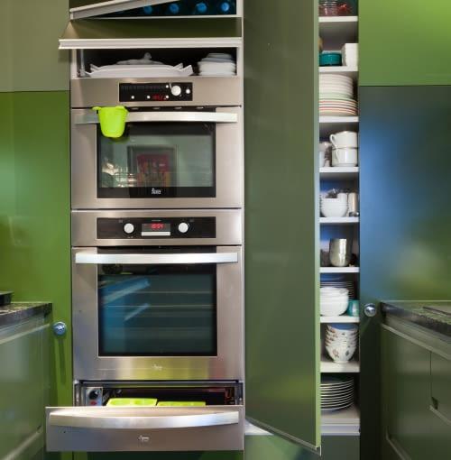 PRZECHOWYWANIE W KUCHNI. Szuflada grzewcza. Można w niej m.in. rozmrozić produkty, podgrzać naczynia, trzymać potrawy w cieple. Takie szuflady są urządzeniami do zabudowy. Najczęściej umieszcza się je pod piekarnikiem, ekspresem lub pod blatem. Można też kupić piekarnik zintegrowany z szufladą.