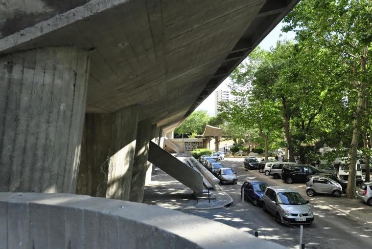 Jednostka Marsylska, proj. Le Corbusier - zachodnia strona budynku i podjazd dla aut
