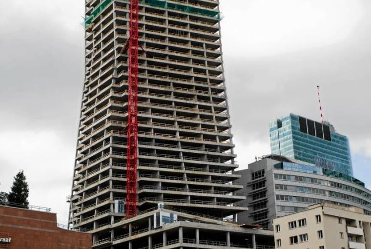 Złota 44 przy 130 metrze wysokości. Cały budynek będzie miał 192 m wysokości. Dla porównania Pałac Kultury i Nauki, wciąż najwyższy budynek w stolicy ma wraz z iglicą 231 metrów wysokości.