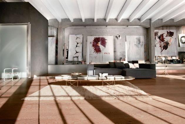 Otwartą przestrzeń apartamentu zaanektowały kolory i formy natury. W szarościach i beżach zacierają się granice między architekturą a sztuką; kwiaty na obrazach Marco wydają się wyrastać wprost ze ścian.