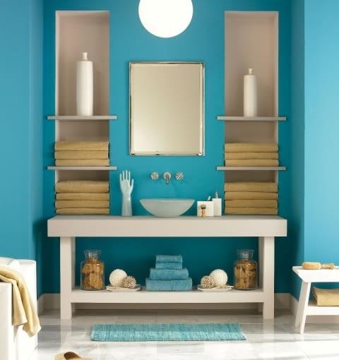 Farby do wnętrz, kolory ścian. Błękit w łazience sprawia, że czujemy się jak nad morzem, wprowadza spokój i relaks