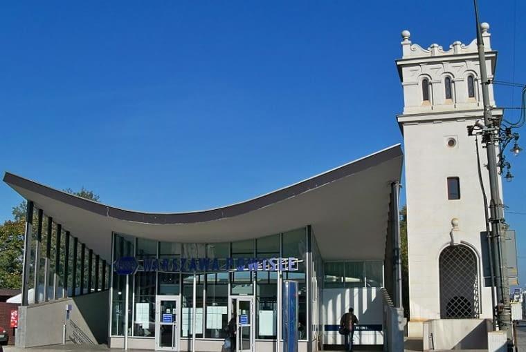 Wejście z Alej Jerozolimskich na stację kolejową Warszawa-Powiśle. Z prawej wieżyca Mostu Poniatowskiego.