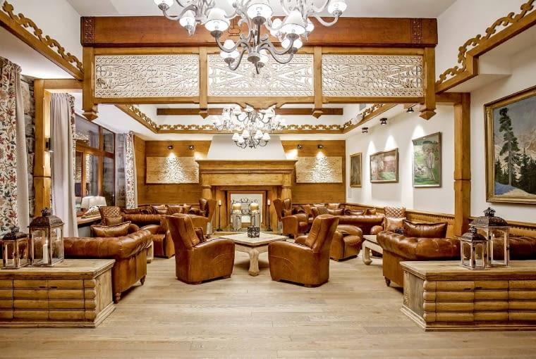 Część klubowa restauracji nawiązuje do stylu angielskiego klubu. Skórzane kanapy i fotele, kominek. Obrazy polskich malarzy z pierwszej połowy XX wieku.