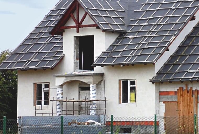 budowa domu, wstępne krycie dachu