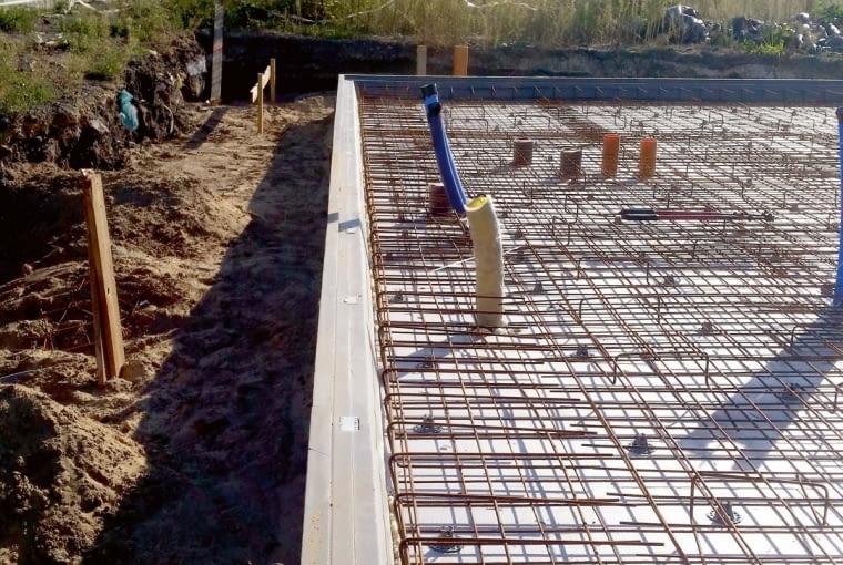 Na obrysie płyty fundamentowej ustawiono płyty krawędziowe z polistyrenu ekstrudowanego i ustabilizowano je drewnianymi palikami. Na podbudowie ułożone zostały dwie warstwy płyt z polistyrenu o łącznej grubości 30 cm