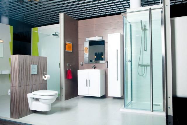 Koncept Adesso to łazienka uniwersalna i funkcjonalna. Uwagę zwracają lekkie białe meble z serii Boston, wykończone na wysoki połysk.