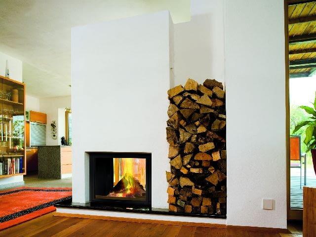 Wkład kominkowy z dwiema szybami - przednią i tylną (na przestrzał) może stanowić element ściany dzielącej duże pomieszczenie na mniejsze części