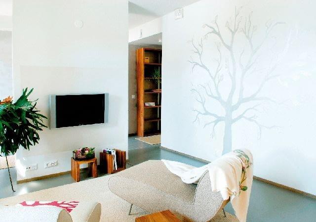 Błyszczące drzewo na matowej ścianie to dobry sposób na przełamanie białej monotonii