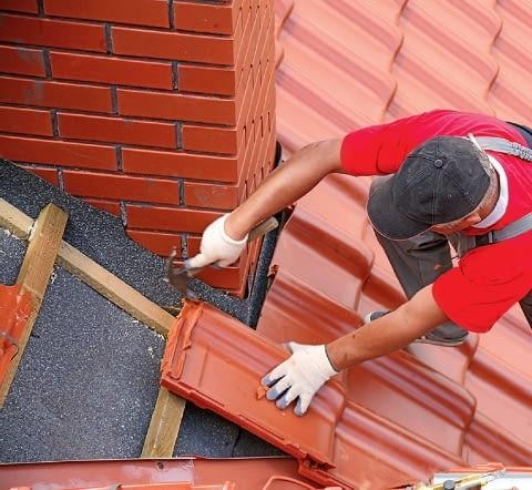Krok 2. Pomiędzy kominem a ułożonymi wokół niego dachówkami pozostawia się szczelinę. Zapobiega to pęknięciom pokrycia.