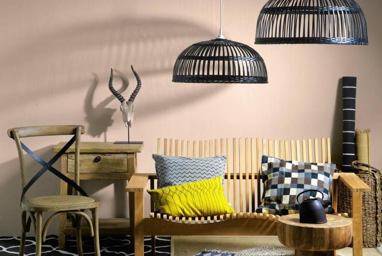 MEBLE: stolik - 1845 zł, Nap; krzesło - 860 zł, Decolor; konsolka - 1250 zł, Inne Meble; puf 129 zł, IKEA; ławka na zamówienie POZOSTAŁE: abażury - 139 i 79 zł, dywan (w koszu) - 79,99 zł, dywan (brązowo-biały, w fale) - 799 zł, dywany (plecionki sizalowe - na spodzie i pod ławką) - 89,99 zł/szt., dywan (gruba plecionka) - 129 zł, dywanik (plecionka, okrągły) - 39,99 zł, poduszka (kwadraty) - 39,99 zł, IKEA; kosz - 245 zł/2 szt., poduszka (zygzaki) - 185 zł, poduszka (żółta) - 82 zł, dywan (wzorzysty, na wierzchu) - 786 zł, Malabelle; imbryk - 314 zł, Fabryka Form; taca (na pufie) - 170 zł, Sharda Home; miska - 49,99 zł, dywanik futrzany - 69,99 zł F&F Home; poroże - 290 zł, Decolor. NA ŚCIANIE: farba 'Aromatyczny kardamon' - 85 zł/5 l, Dulux. 21.05.2015 Warszawa . Cztery katy , kolor i wzor , kolory pustyni , stylizacja Joanna Plachecka . Fot. Michal Mutor SLOWA KLUCZOWE: KATY WNETRZA