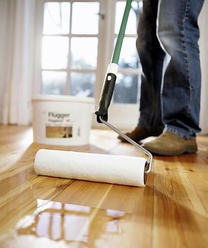 Lakierowanie podłogi - nanoszenie lakieru za pomocą wałka
