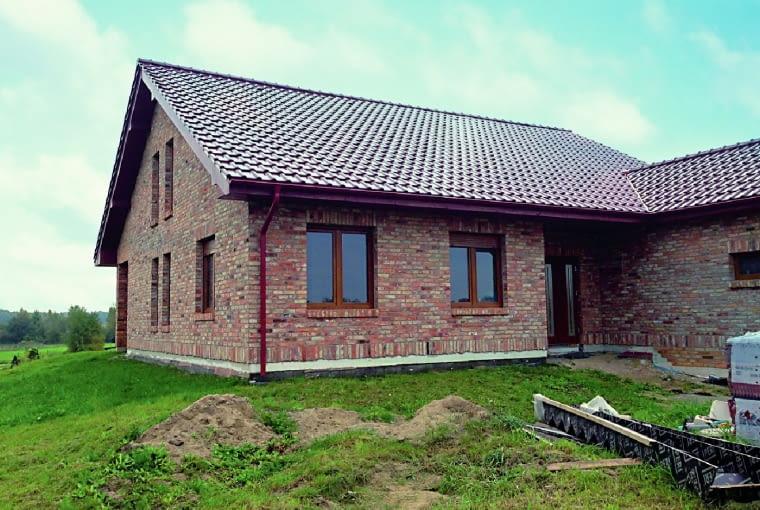 W zależności od wybranej technologii wznoszenia ściany elewację wykonuje się z cegieł lub płytek