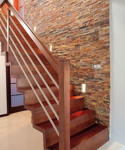 Balustrada, podparta słupkami na stropie i posadzce, dodatkowo usztywnia konstrukcję schodów