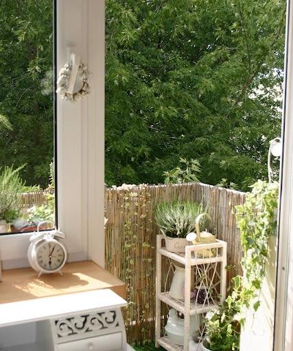 Mały balkon w bieli. Projekty balkonów