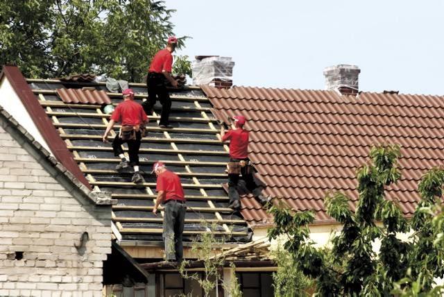 Wszelkie prace na dachu, nawet niezbyt wysokim, wymagają zachowania ostrożności