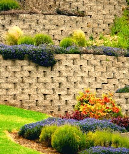 Efektowne ścianki z naprzemiennie ułożonych kostek betonu o ciekawej fakturze