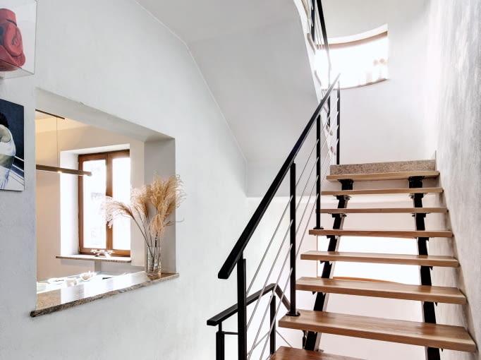 Konstrukcja schodów jest wykonana ze stalowych belek dwuteowych. Dębowe stopnie oparto na specjalnych wspornikach