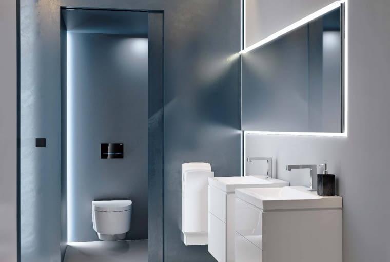 ŚWIETLNA OPRAWA lustra i ścian (taśmy LED) ciekawie ozdobi wnętrze. Jeśli do tego dodamy inne akcenty, np. podświetlany przycisk spłukujący, łazienka nabierze blasku. Sigma80, bezdotykowy przycisk spłukujący, około 2700 zł, Geberit