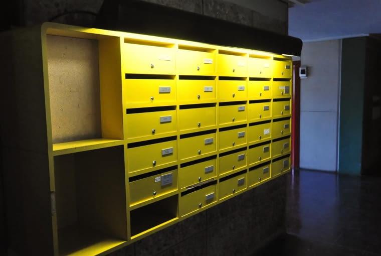 Jednostka Marsylska, proj. Le Corbusier - skrzynka pocztowa. Każde piętro posiada swoje skrzynki na listy.