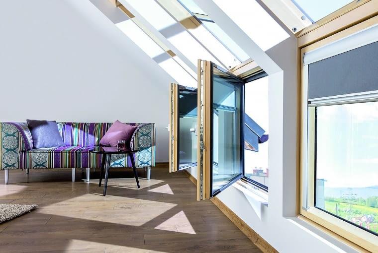 """Ciekawym rozwiązaniem jest połączenie okien połaciowych z kolankowymi, czyli fasadowymi, przeznaczonymi do montażu w ścianie kolankowej. """"Przedłużają"""" one okno dachowe, poprawiają doświetlenie pomieszczenia i zwiększają pole widzenia"""